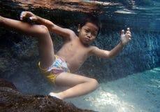Se baigner en rivière Photo libre de droits