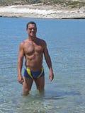 Se baigner s'usant d'homme dans les tropiques Images stock
