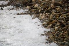 Se briser de roulement ondule sur des cailloux sur une plage chez Clarence Drive, entre Kleinmond et baie de Gordons, le Cap-Occi photographie stock