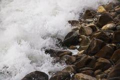 Se briser de roulement ondule sur des cailloux sur une plage chez Clarence Drive, entre Kleinmond et baie de Gordons, le Cap-Occi photos libres de droits