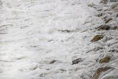 Se briser de roulement ondule sur des cailloux sur une plage chez Clarence Drive, entre Kleinmond et baie de Gordons, le Cap-Occi image libre de droits