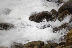 Se briser de roulement ondule sur des cailloux sur une plage chez Clarence Drive, entre Kleinmond et baie de Gordons, le Cap-Occi images stock