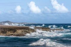 Se briser ondule à l'ascension Curaçao de Boka image stock
