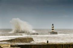 Se briser ondule au-dessus du port de Seaham Images stock