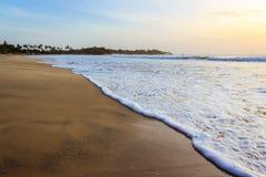 Se briser ondule au lever de soleil dans Trincomalee Photographie stock