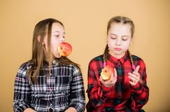 Se concentrer sur suivre un régime et manger saine Petits enfants mangeant des pommes le jour suivant un régime Petite fille mign photo stock
