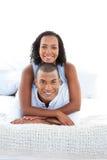 Se coucher de caresse de couples romantiques sur le bâti Photos stock
