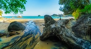 Se dégageant à la plage avec la roche de pomme de fente, la Nouvelle Zélande 2 photo stock