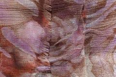 Se démêler le bord du tissu brun et mauve de mousseline de soie Images libres de droits