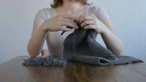 Se démêler le tricotage gris banque de vidéos