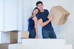 Se déplaçant, réparations, la nouvelle vie Le couple dans l'amour apprécie un nouvel appartement Images stock