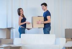 Se déplaçant, réparations, nouvel appartement Un couple affectueux tenant la boîte dans h Images stock