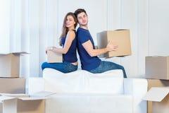 Se déplaçant, réparations, nouvel appartement Un couple affectueux tenant la boîte dans h Photos stock