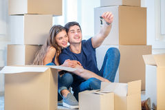 Se déplaçant, réparations, nouvelles clés à l'appartement Fille de couples et Photo stock