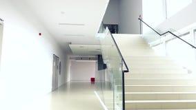 Se den ljusa moderna byggnadsinretrappan lager videofilmer