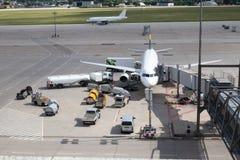Se descarga y se reaprovisiona de combustible el avión imagen de archivo libre de regalías