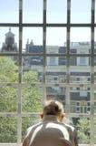 se det gammala fönstret för man Royaltyfri Fotografi