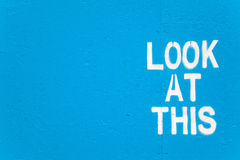 Se detta - sökande grafitti för uppmärksamhet. Arkivfoton
