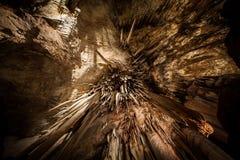 Se direkt upp på Stalactite i grotta Arkivbild