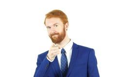 Se dirigeant à l'appareil-photo, homme d'affaires rouge de barbe de cheveux, fond blanc Photographie stock