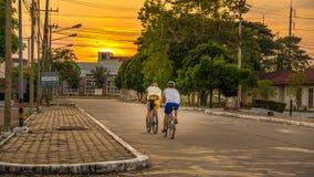 Se diriger au coucher du soleil photographie stock libre de droits