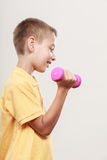 Se divierte al muchacho que hace ejercicio con pesa de gimnasia fotografía de archivo libre de regalías