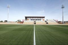Se divierte el estadio con la hierba verde Foto de archivo libre de regalías