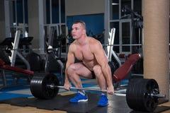 Se divierte el fondo Atleta joven que consigue listo para el entrenamiento del levantamiento de pesas Fotos de archivo libres de regalías
