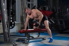 Se divierte el fondo Atleta joven que consigue listo para el entrenamiento del levantamiento de pesas Fotografía de archivo libre de regalías