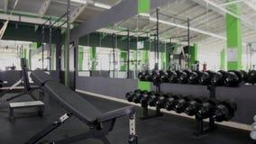 Se divierte entrenamiento duro de los músculos del entrenamiento del hombre joven del culturista en gimnasio Foto de archivo libre de regalías