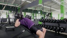 Se divierte entrenamiento duro de los músculos del entrenamiento del hombre joven del culturista en gimnasio Fotografía de archivo