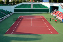 Se divierte la arena del tenis Imágenes de archivo libres de regalías