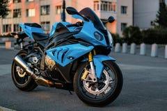 Se divierte la motocicleta en el camino en la puesta del sol Fotos de archivo libres de regalías
