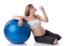 Se divierte a la mujer joven embarazada. Fotos de archivo libres de regalías