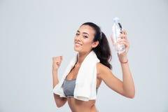 Se divierte a la mujer que sostiene la botella con agua Fotografía de archivo
