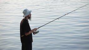 Se divierte la pesca del pescador en el río Danubio almacen de metraje de vídeo