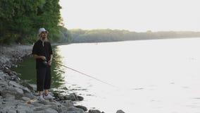 Se divierte la pesca del pescador en el río Danubio metrajes