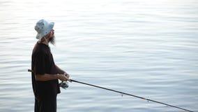 Se divierte la pesca del pescador en el río Danubio almacen de video