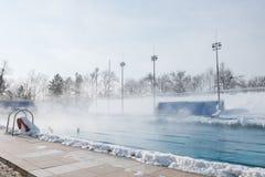 Se divierte la piscina al aire libre en invierno foto de archivo libre de regalías