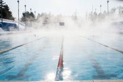 Se divierte la piscina al aire libre en invierno imágenes de archivo libres de regalías