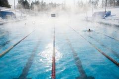 Se divierte la piscina al aire libre en invierno imagen de archivo