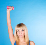 Se divierte a la señora que lleva a cabo pesa de gimnasia rosada Fotografía de archivo libre de regalías