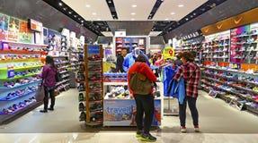 Se divierte la tienda de zapatos Fotos de archivo