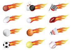 Se divierte las bolas de muchos tipos en el fuego con las llamas Imagen de archivo