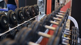 Se divierte las pesas de gimnasia de goma en club de deportes moderno almacen de video