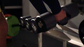 Se divierte las pesas de gimnasia de goma en el club de deportes moderno 4k almacen de metraje de vídeo