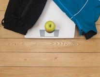 Se divierte los accesorios para la aptitud con una manzana y las escalas Imagen de archivo libre de regalías
