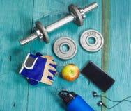Se divierte los accesorios para la aptitud en el piso azul Imagen de archivo libre de regalías