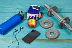 Se divierte los accesorios para la aptitud en el piso azul Fotos de archivo