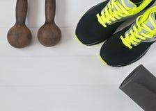 Se divierte los accesorios para la aptitud en el piso de madera Imagen de archivo libre de regalías